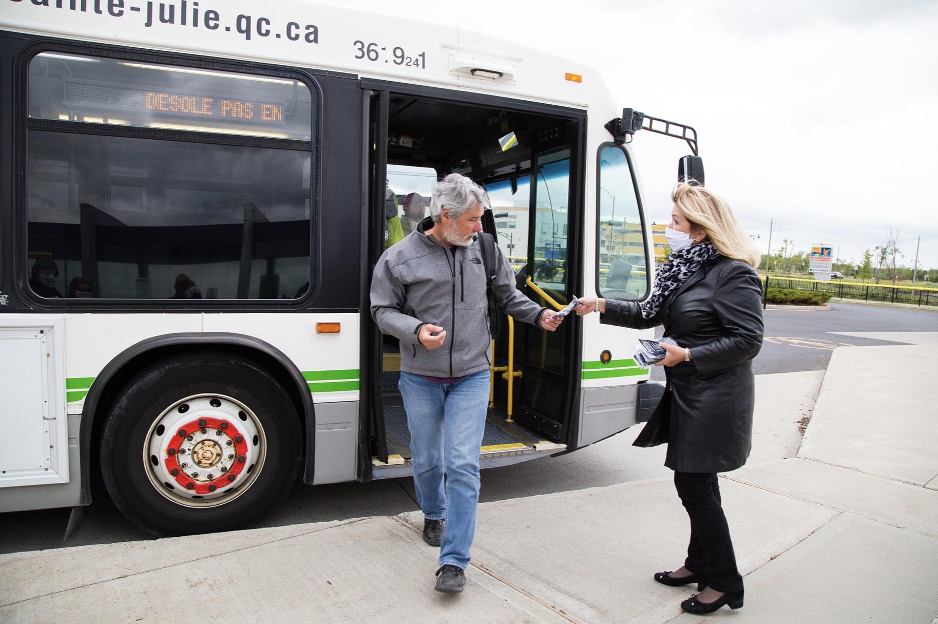 La mairesse de Sainte-Julie distribue des masques aux usagers des transports en commun