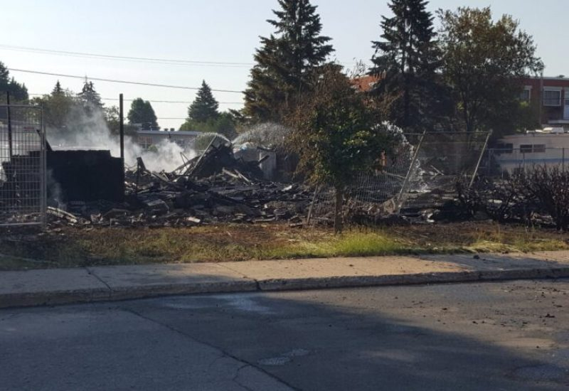Le feu a totalement détruit un édifice à logements de Longueuil.