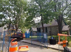 Des travaux ont lieu devant l'Église St-Mark, dont des travaux archeeologiques