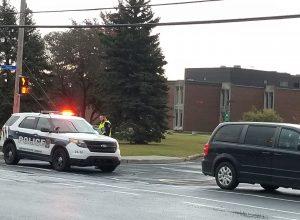Les policiers sont restés plusieurs heures le 2 octobre devant l'école Heritage de Saint-Hubert. Des élèves ont été visés par des menaces. ( Photo: Simon Deschamps / FM 103,3)