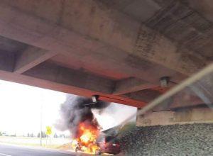Voiture fourgonnette enflammée sur l'autoroute