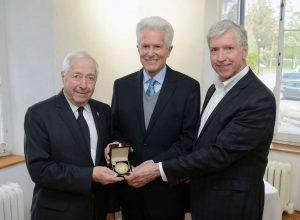 COM 19-05-08 Le Montarvillois Paul Delage-Roberge reçoit la médaille du lieutement-gouverneur_Photo_1