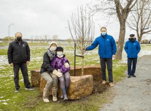 La Ville de Varennes honore la mémoire des victimes de la COVID-19 avec la plantation d'un arbre. Source : Facebook de la Ville de Varennes