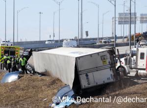 Camion semi-remorque renversé dans la bretelle de l'autoroute 132 vers le Pont Samuel de Champlain. Source : @dechantalm
