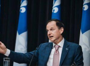 Le ministre des Finances dépose un budget déficitaire.