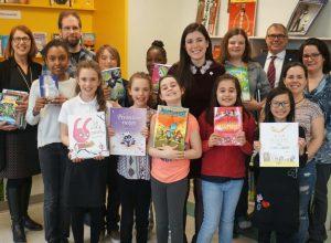 Catherine Fournier donne 500 livres aux écoles