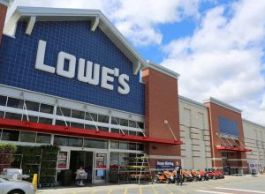 la devanture d'un magasin Lowe's