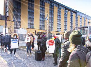 Des manifestants se sont réunis devant l'Hôpital Charles-Le Moyne le 13 mars. Photo: François Bertrand-Potvin