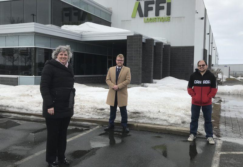 De gauche à droite: Nathalie Tessier, directrice des ressources humaines chez Groupe AFFI, Jonathan Tabarah, président du conseil d'administration du RTL et Olivier Marchand, employé chez Groupe AFFI et client du RTL. Source: Réseau de transport de Longueuil