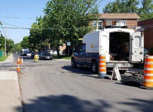 Camion stationné sur une rue en construction