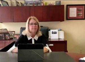 Suzanne Roy dans son bureau