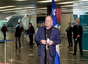 Le ministre de la Santé et député de La Prairie, Christian Dubé, en mêlée de presse au Palais des congrès de Montréal après avoir reçu son vaccin. (Photo: Simon Deschamps / FM 103,3)