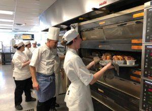 Les élèves du programme de Boulangerie sont heureux d'utiliser les équipements de leurs tout nouveaux locaux. (Groupe CNW/École hôtelière de la Montérégie (EHM))