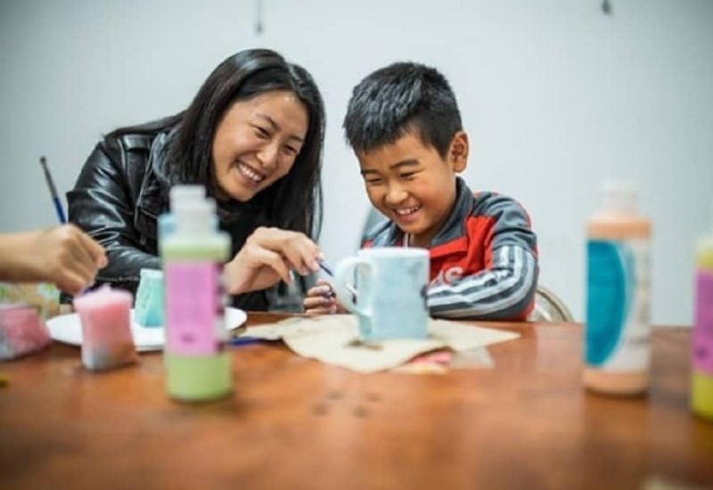 Une femme et un enfant font de la peinture