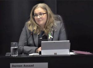 La mairesse sortante, Doreen Assaad, au conseil municipal.