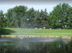 terrain de golf de Candiac. Une fontaine et un lac bordent un green.