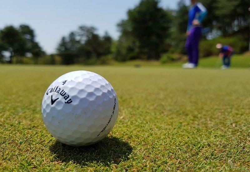 Une balle de golf