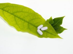 Des pilules sur une feuille