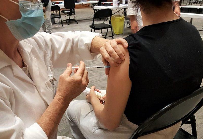 Une jeune élève de l'école secondaire Gérard-Filion a reçu son vaccin lundi matin. Photo : Katina Diep