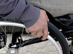Un citoyen porte plainte pour les gens à mobilité réduite