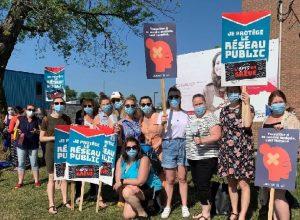Des employés en santé avec des pancartes durant de grève