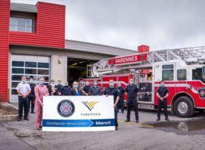 Un camion incendie et des pompiers devant la caserne à Varennes