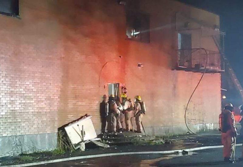 Une trentaine de pompiers ont travaillé pour éteindre un feu d'origine suspecte.