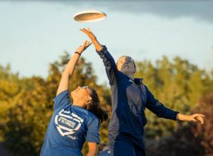 Deux personnes se disputent un Frisbee