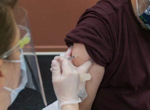 Une personne se fait vacciner